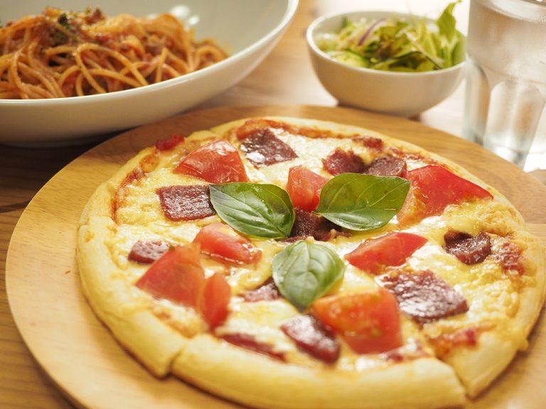 清和産トマトとサラミのピザ